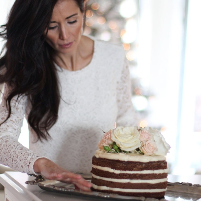 Naked Gingerbread Cake with roses on top